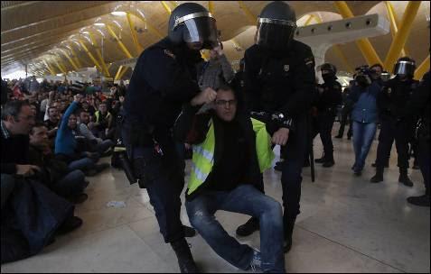 La Policía ha disuelto a varios grupos de piquetes en el interior del aeropuerto de Madrid-Barajas.