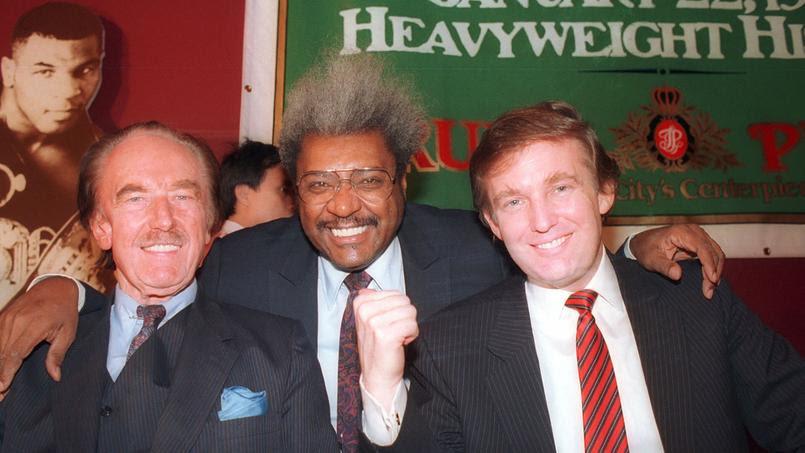 Donald Trump(à droite) et son père, Fred Trump, posent aux côtésdu grand promoteur de boxe, Don King, en décembre 1987.