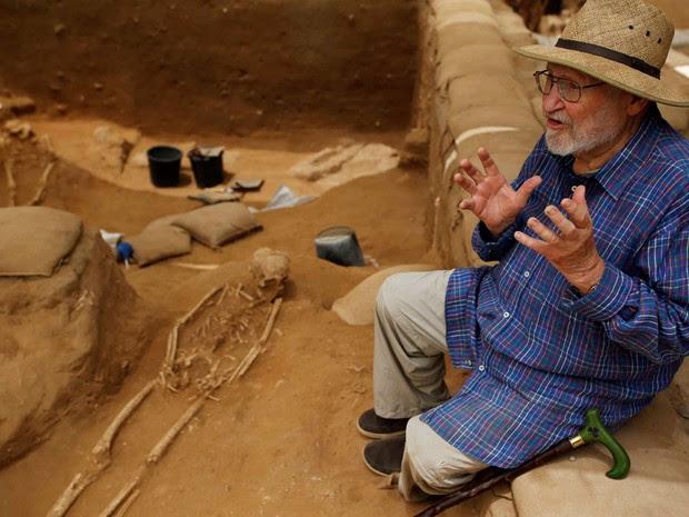 O professor Lawrence E. Stager está entre os arqueólogos líderes da equipe (Foto: Reuters/Amir Cohen)