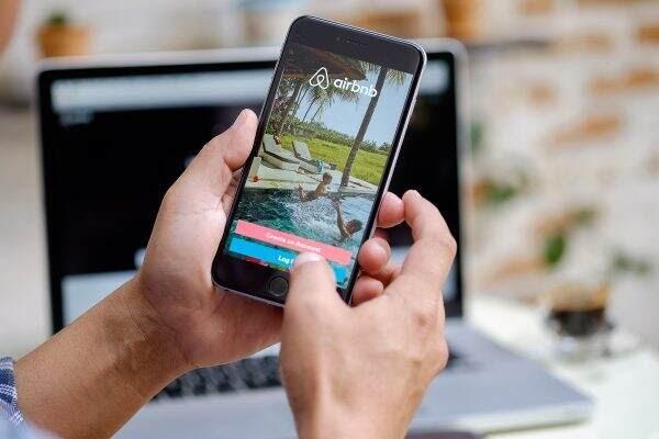 Αλλαγές στην πλατφόρμα της Airbnb – Όλα όσα πρέπει να ξέρουν επισκέπτες και ιδιοκτήτες