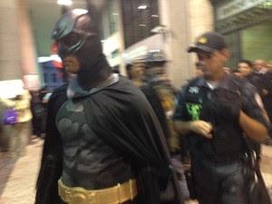Batman é detido durante protesto (Foto: Isabela Marinho/G1 Rio)