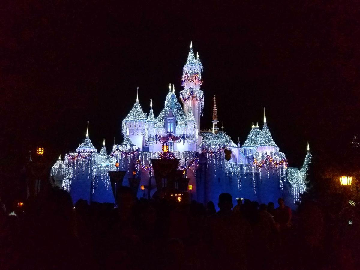 Disneylandia inicia celebración navideña con toque mexicano