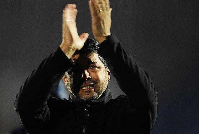 Leo Ramos, el técnico Campeón Uruguayo, aplaudió a los hinchas en la gloria de la consagración.