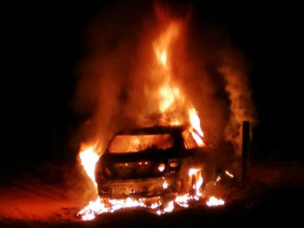 Carro foi encontrado ainda em chamas pela Polícia Civil (Foto: Divulgação/Polícia Civil de Mato Grosso)