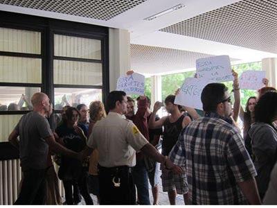 Protesta de estudiantes a las puertas de la Universidad Politècnica de Valencia. EUROPA PRESS.