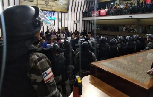Resultado de imagem para confusão assembleia bahia
