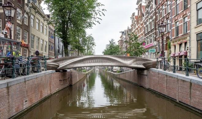 В Голландии установили первый в мире стальной мост, напечатанный на 3D-принтере