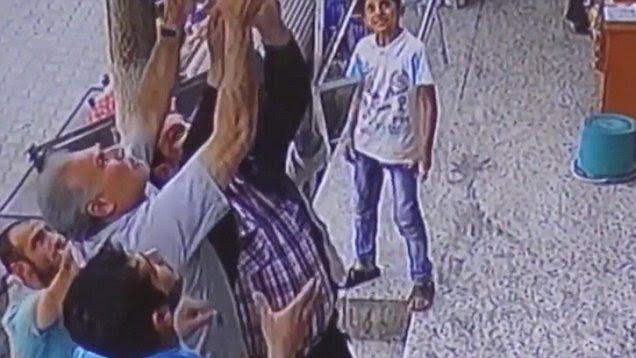 Αποτέλεσμα εικόνας για Κοριτσάκι έπεσε από το μπαλκόνι στο κενό και σώθηκε από περαστικούς. Δείτε το βίντεο