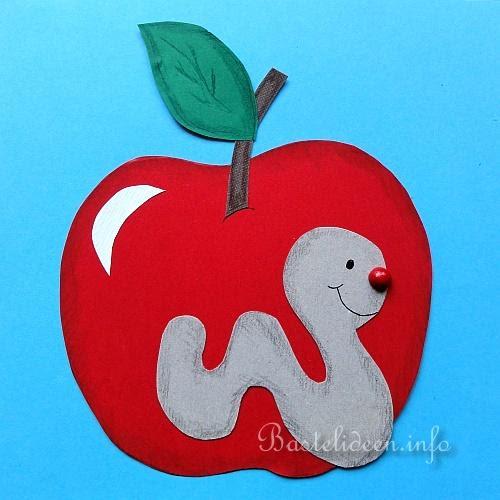 Herbstbasteln mit Kindern - Apfel und Wurm Fensterbild
