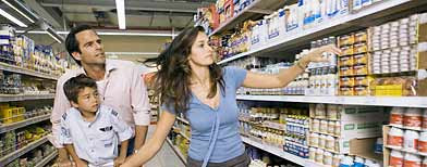 Family grocery shopping (Corbis)