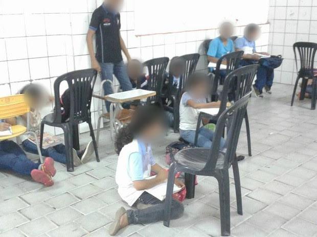 Alunos assistem às aulas sentados no chão em Fortaleza (Foto: Sindiute / Divulgação)
