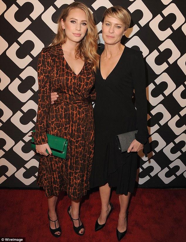 Tal mãe, tal filha: Robin Wright foi com um vestido preto básico, enquanto filha Dylan Penn optou por um vestido girafa-impressão