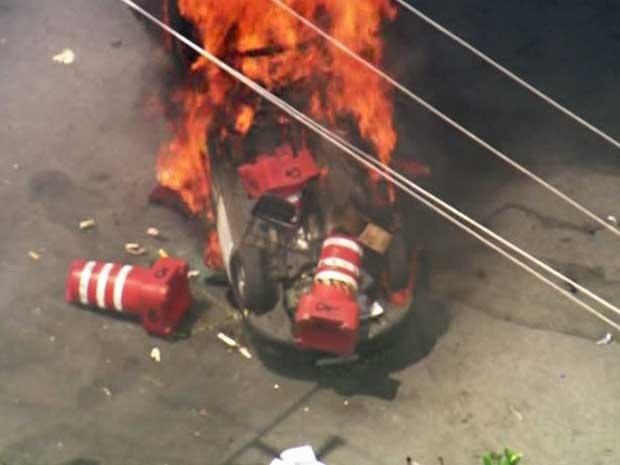 Carro foi incendiado no Ceagesp (Foto: Reprodução/TV Globo)