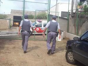 Policiais foram até escola estadual de Piracicaba após ligação de professor (Foto: Luiz Felipe Leite/G1)