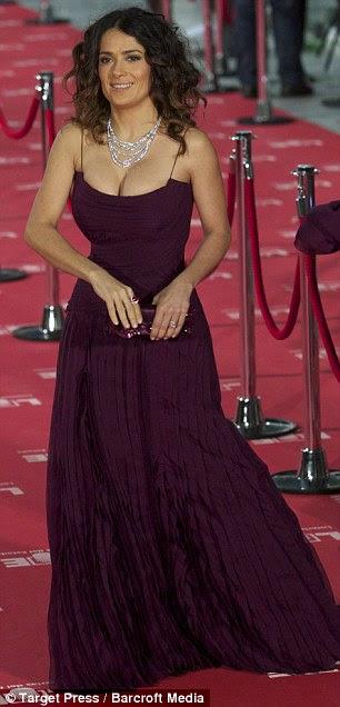 Ola, Madrid!  A atriz nascida no México acenou para as multidões que se reuniram fora do Palácio Municipal de Congresos, onde a cerimônia foi realizada