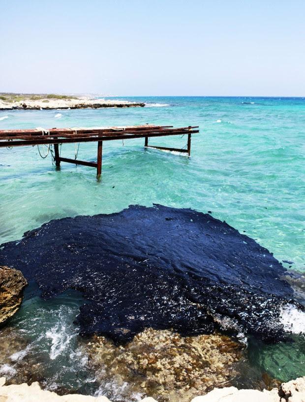Manchas de óleo na costa do Chipre (Foto: Birol Bebek/AFP)