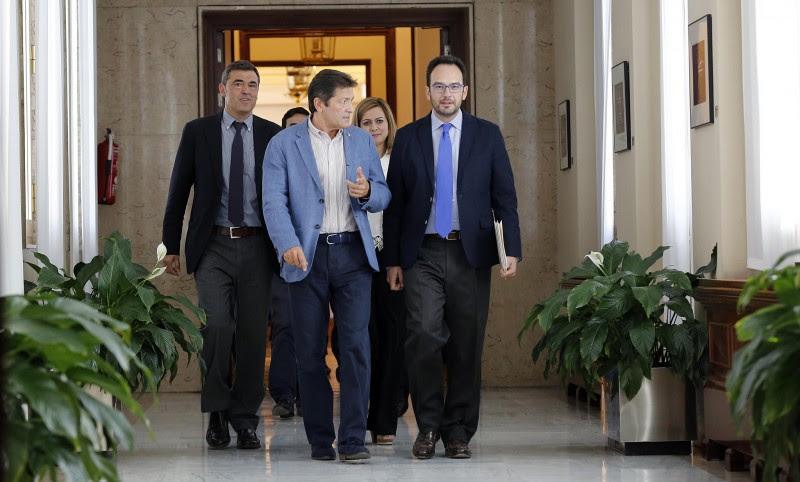 <p>En primer término, Javier Fernández, presidente de la gestora del PSOE, y Antonio Hernando, portavoz parlamentario.</p>