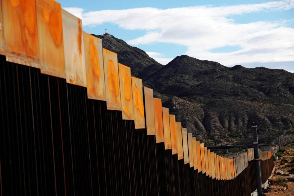 Vista del muro que separa Sunland Park, en EE UU, de Ciudad Juárez en México.