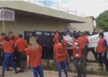 Agentes penitenciários e policiais em confronto