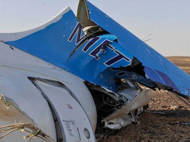 Destroço do avião que caiu neste sábado (31) é visto em Hassana, no Sinai egípcio (Foto: Suliman el-Oteify, Egypt Prime Minister's Office via AP)