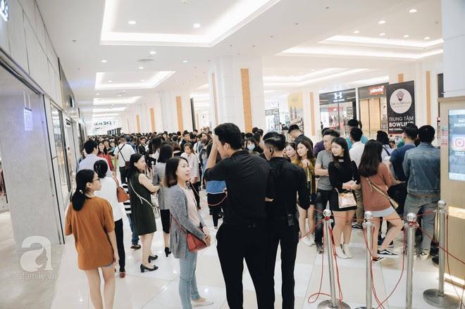Tới trưa lượng khách vẫn đổ về H&M, quầy thanh toán xếp hàng dài - Ảnh 11.