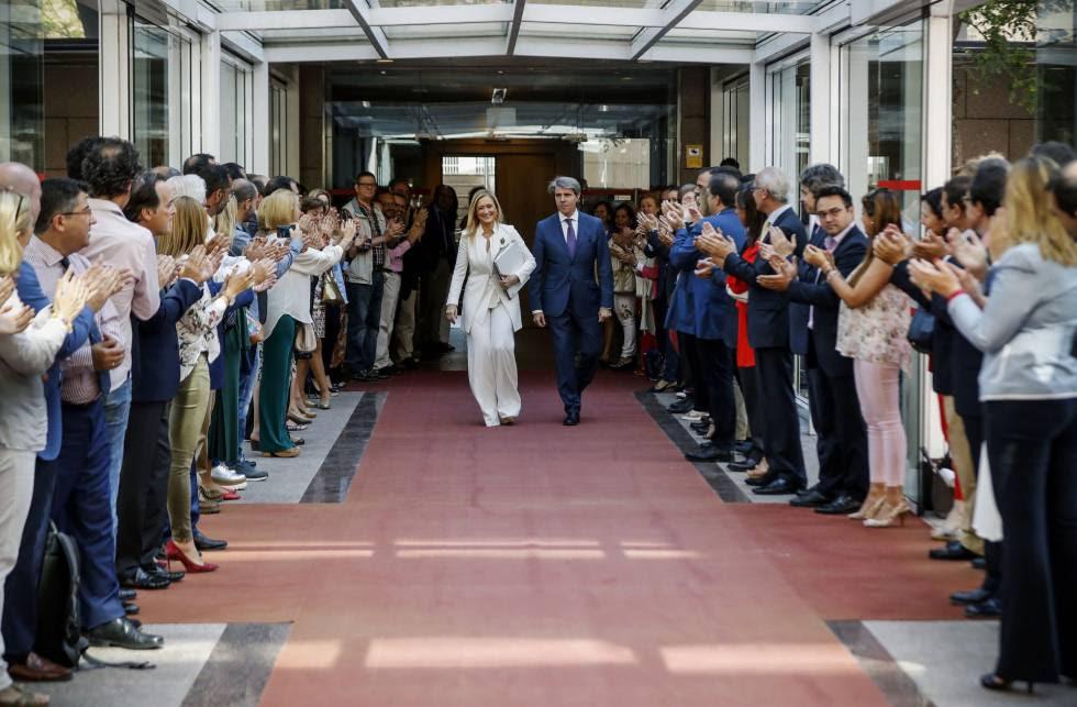 Miembros del Gobierno regional madrileño aplauden a la presidenta, Cristina Cifuentes, a su llegada para su comparecencia en la comisión de investigación por corrupción de la Asamblea de Madrid.