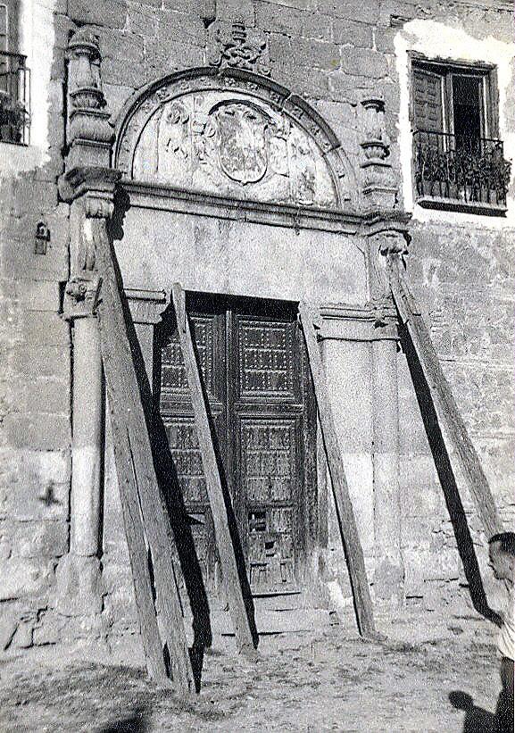 Portada del Palacio de Munárriz apuntalada antes de ser trasladada al Cigarral del Ángel a mediados del siglo XX