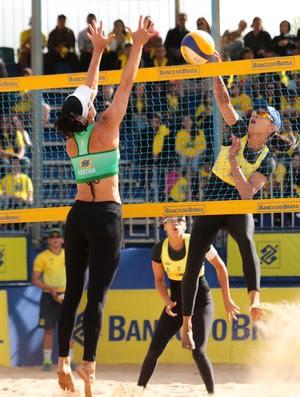 Juliana ataca para vencer a defesa de Ágatha e Carol Solberg (Foto: Matheus Vidal/CBV)