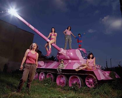 Tanque em rosa com mulheres