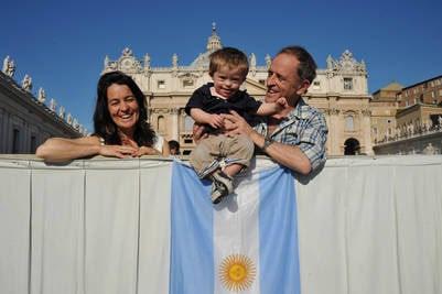 Mariano y Luz de las Carreras, de Bellavista,  con su hijo Santos en la Plaza San Pedro. (Víctor  Sokolowicz)
