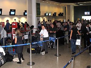 Passageiros que seguiam para São Paulo tiveram voos remarcados (Foto: Rodrigo Vianna / G1)