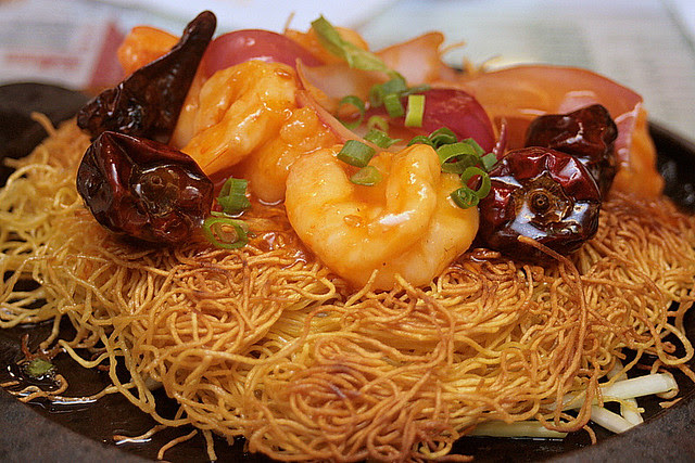 Sizzling fried noodles with king prawns (Sichuan and Peking style)