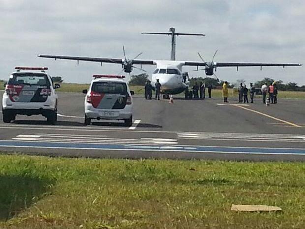Equipes fazem a vistoria na aeronave em Bauru  (Foto: Moniele Nogueira/ TV TEM)