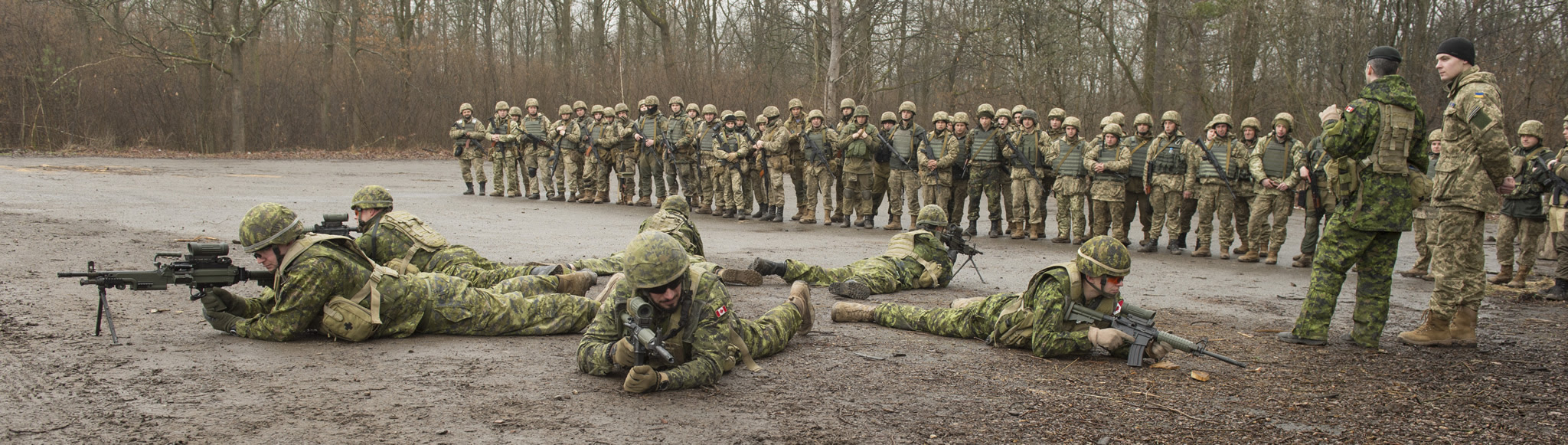 Canadian Armed Forces members demonstrate section patrol techniques to Ukrainian Armed Forces members, during Operation UNIFIER at the International Peacekeeping and Security Centre (IPSC) in Starychi on March 7, 2016. (Photo: Canadian Forces Combat Camera, DND)