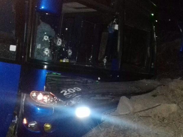Ônibus foi atingido por disparos durante a troca de tiros na BR-104 em Toritama (Foto: Divulgação/Polícia Militar)