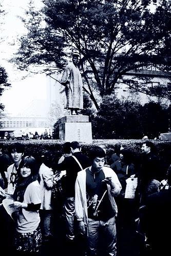 「早稲田祭2011」 People in front of Shigenobu Okuma statue