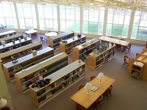 Photo der Pescosolido Library, zeigt Buecherregale von oben
