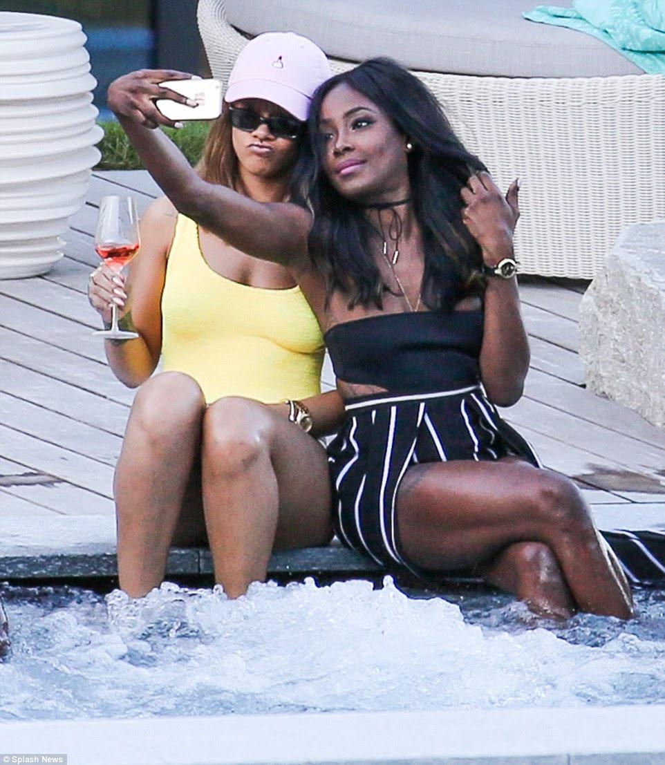 Tendo uma risadinha: Claramente querer documentar o momento e fazer algumas memórias, ela e sua amiga tomou algumas selfies em um telefone celular, com Rihanna puxando algumas expressões seriamente insolente