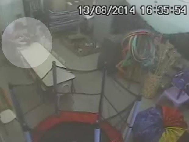 Câmera flagra agressões dentro de sala de aula contra crianças (Foto: Reprodução / TV TEM)
