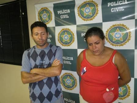 José Dailson ao lado de Cláudia, na delegacia: pedreiro disse estar com vergonha