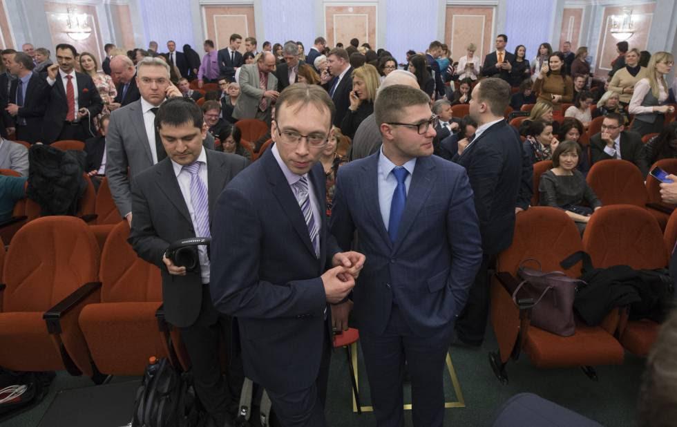Miembros de los Testigos de Jehová esperaban ayer la sentencia del Tribunal Supremo ruso.