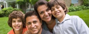 Padres junto a sus dos hijos sonriendo