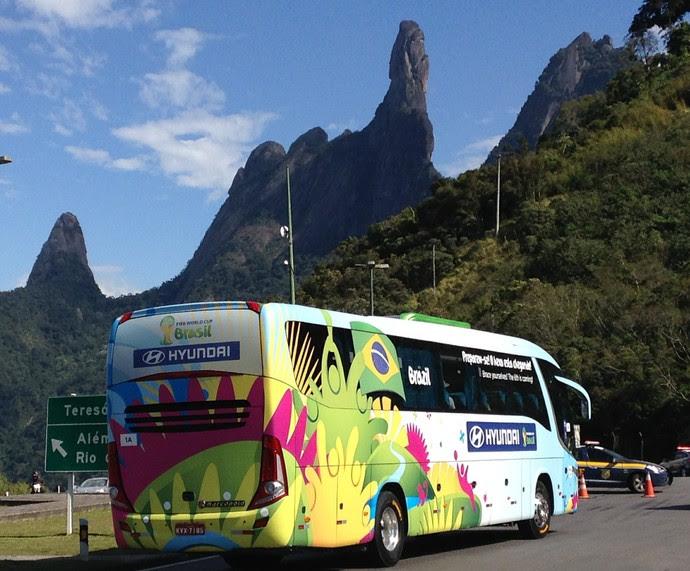 Ônibus da Seleção chega em Teresópolis  (Foto: Chris Mussi)