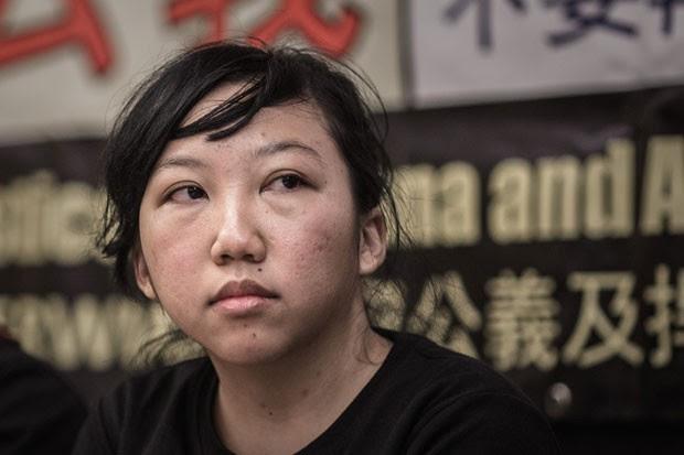Erwiana Sulistyaningsih, mantida escravizada por uma mulher de Hong kong, dá entrevista nesta terça-feira (10) (Foto: Philippe Lopez/AFP)