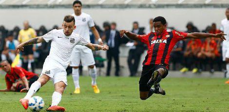 Lucas Lima (ex-Sport) e Rithely disputam o lance: Leão chega aos 8 pontos / Ricardo Saibun/Santos Futebol Clube