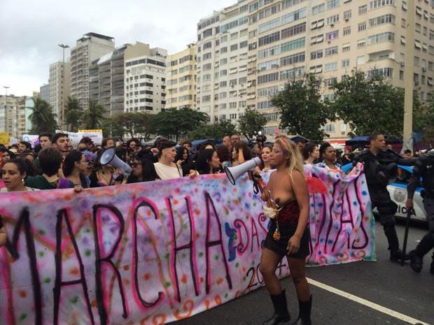 Ativista segue à frente da passeata de topless e megafone (Foto: Lívia Torres / G1)