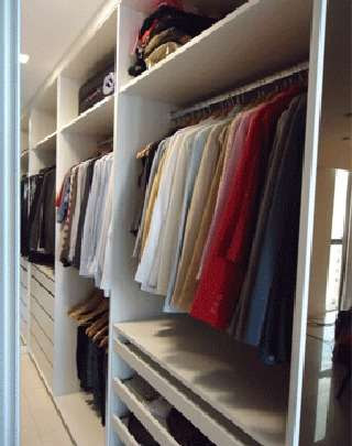 Caso não tenha muito espaço, faça um rodízio no armário. Guarde as roupas de inverno durante o verão e vice-versa, utilize caixas ou space bags -