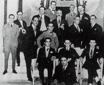 Os protagonistas da Semana encontram-se no Hotel Therminus, em S.Paulo. Oswald é o primeiro, sentado no chão