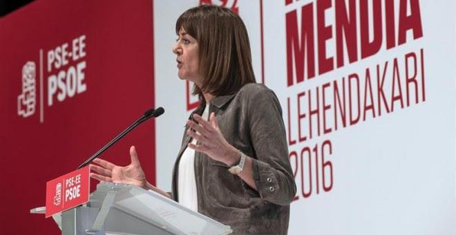 La secretaria general de los socialistas vascos, Idoia Mendia (c), durante su intervención en el acto de su proclamación como candidata a lehendakari que se ha celebrado hoy en Bilbao. EFE/Miguel Toña