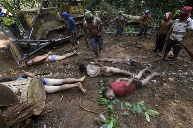 Durante a ação, os madeireiros tiveram as mãos amarradas e foram despidos de suas roupas (Foto: Lunaé Parracho/Reuters)